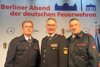 Dr. Andreas Bräutigam, DFV-Präsident Hartmut Ziebs und Valentino Tagliafierro (v.l.n.r.). © Fachbereich Feuerwehr und Rettungsdienst