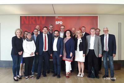 Sandra van Heemskerk (5.v.r.) sowie weitere Vertreterinnen und Vertreter der DBB NRW Gewerkschaften mit Thomas Kutschaty (Fraktionsvorsitzender der SPD NRW im Düsseldorfer Landtag) (8.v.l.). Foto: © DBB NRW